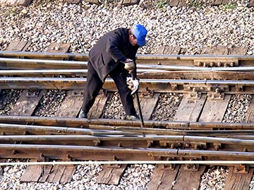 This rail worker faces many dangers every day. If you have been injured while working for a railroad company, call a Dallas FELA attorney now.